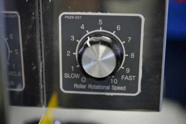 a knob on a ramen machine to adjust Rollers rotational speed