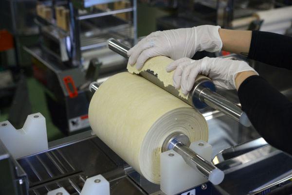 splitting dough sheet into two rolling pins for dough sheet combination on ramen machine